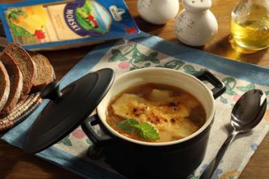 Zupa cebulowa z żółtym serem