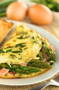 Omlet z szynką, szparagami i sosem serow