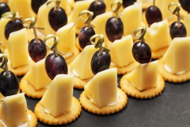 Krakersowe koreczki z żółtym serem
