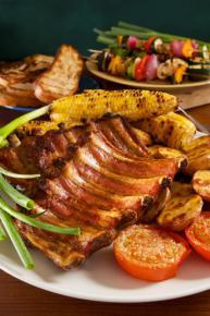 Żeberka barbecue z grillowaną kukurydzą
