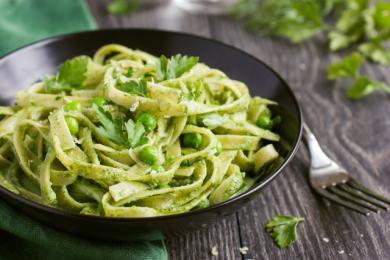 Makaron ze szpinakiem i zielonym groszki